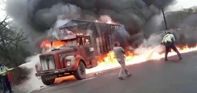 GUAYAQUIL, Ecuador.- Varias personas trataron de controlar las llamas con extintores.