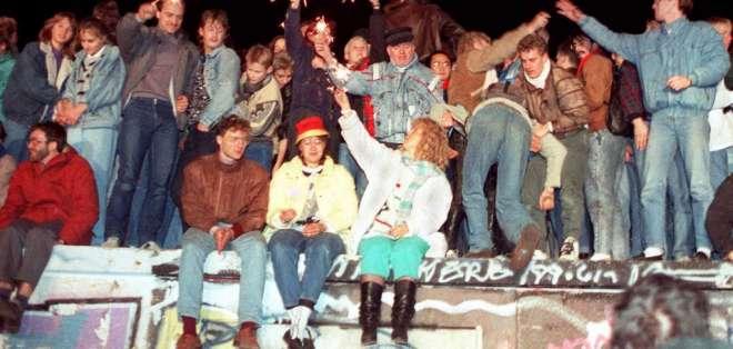 Foto del 11 de noviembre de 1989 que muestra a berlineses del este celebrando la caìda del Muro de Berlín. Foto:  AFP