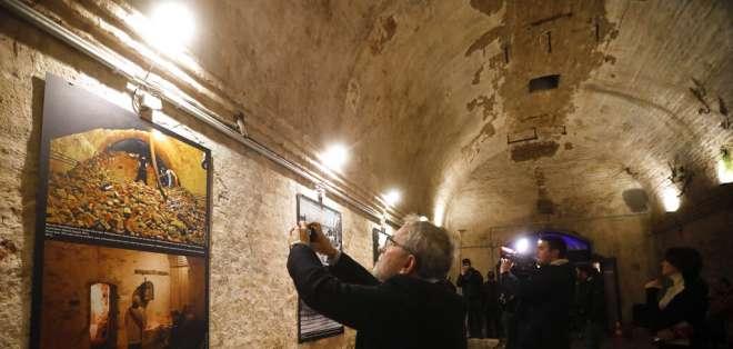 Personas fotografían imágenes históricas del Muro de Berlín en la capital alemana. Foto: AP