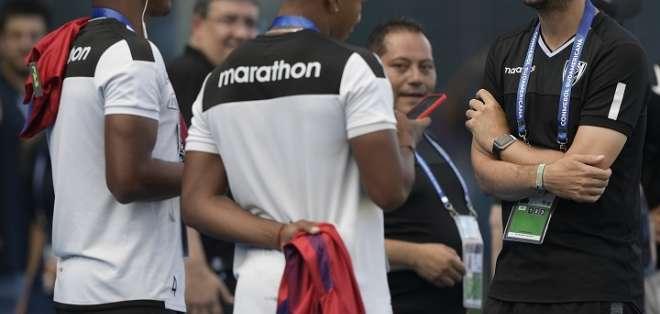 Jugadores de IDV conversan con su DT (derecha). Foto: Twitter Conmebol.