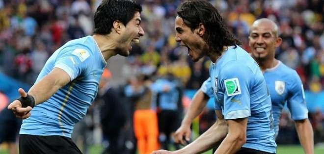 Luis Suárez (izquierda) grita un gol con Edison Cavani.