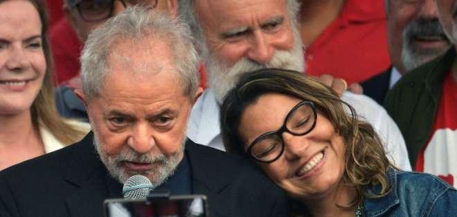 Luiz Inácio Lula da Silva junto a su novia Rosángela da Silva tras salir de prisión en Curitiba, el 8 de noviembre de 2019. AFP