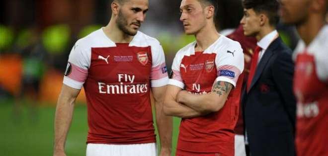 Sead Kolasinac (izquierda) junto a Mesut Ozil.
