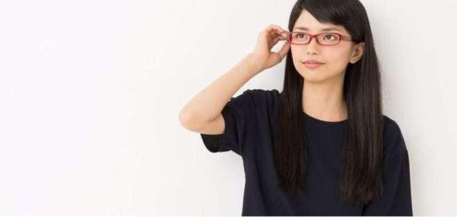 Algunas empresas han emitido prohibiciones para las mujeres sobre el uso de gafas en el trabajo.
