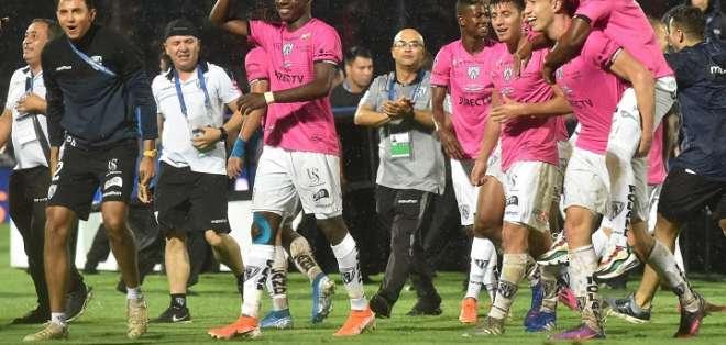 Jugadores de IDV celebran apenas terminado el partido ante Colón.