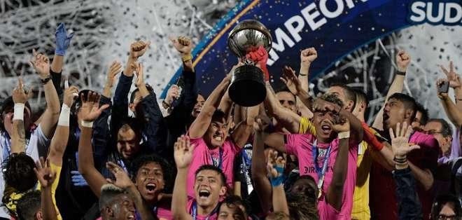 Jugadores de IDV alzando la Copa Sudamericana.