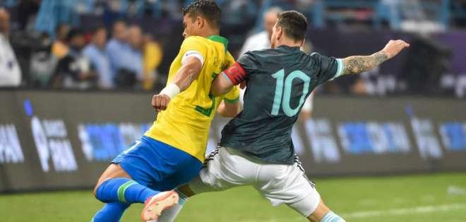 Thiago Silva, disputando el balón con Lionel Messi.
