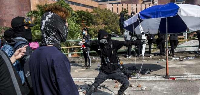 Policía fue herido por la flecha lanzada por un manifestante en Hong Kong. Foto: AFP