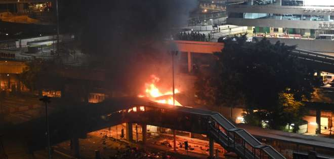 La policía se enfrentó a las bombas de cócteles molotov por parte de manifestantes. Foto: AFP