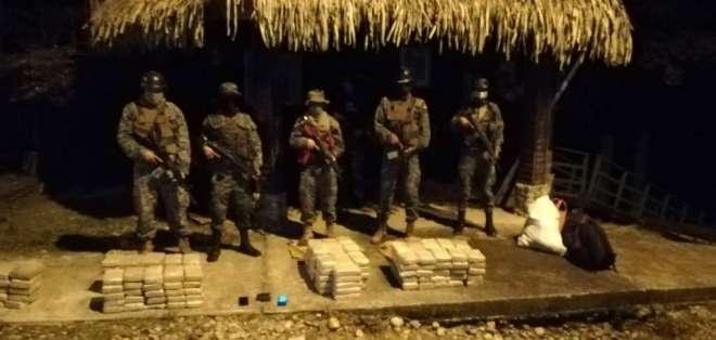 Los bloques de marihuana estaban camuflados en el piso de una canoa. Foto: Armada del Ecuador