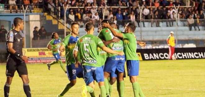 Jugadores de Orense SC, celebrando un gol.