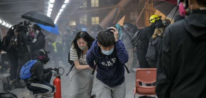 Policía choca con manifestantes en campus de Hong Kong. Foto: AFP