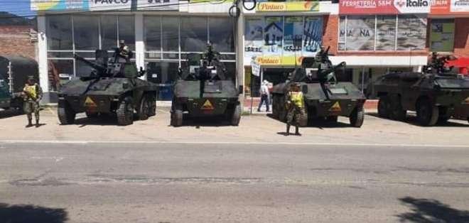 Imagen de tanquetas y militares un día antes de la protesta en Colombia. Foto: Twitter @AndrsTrece