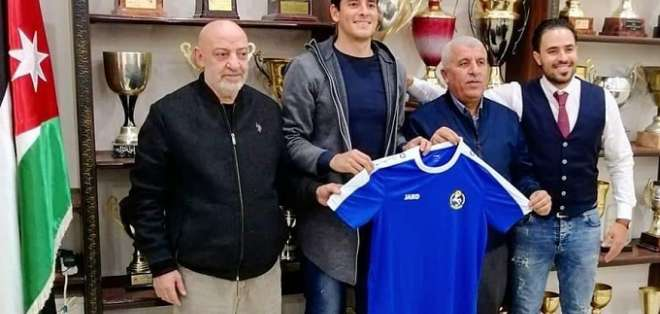 Cuestas recibiendo la camiseta de su nuevo club. Foto: Diego Martínez.