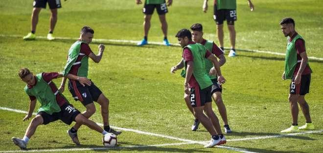 Jugadores 'millonarios' durante el entrenamiento en Lima. Foto: CRIS BOURONCLE / AFP