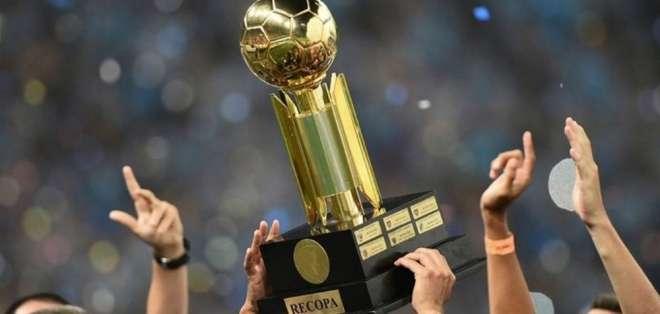 Trofeo de la Recopa Sudamericana.