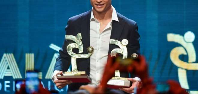 Cristiano recibiendo sus premios.