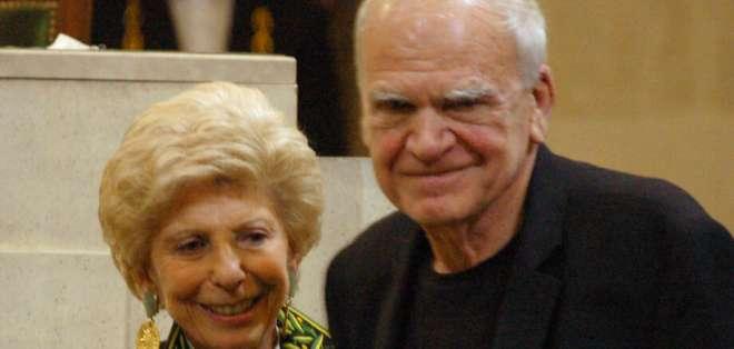 En esta foto del 10 de junio de 2009, el autor checo residente en Francia Milan Kundera, derecha, recibe un premio. Foto: AP