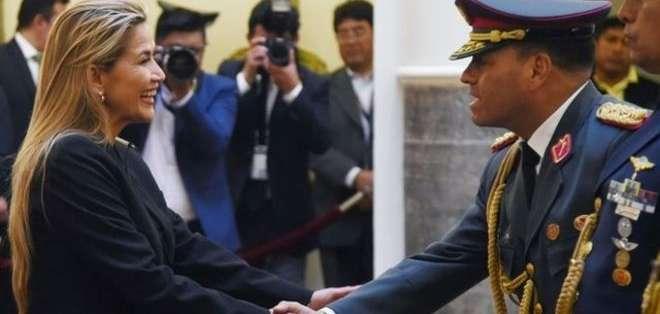 La presidenta interina de Bolivia junto con el nuevo comandante en jefe de las FF.AA. del país sudamericano. Foto: AFP