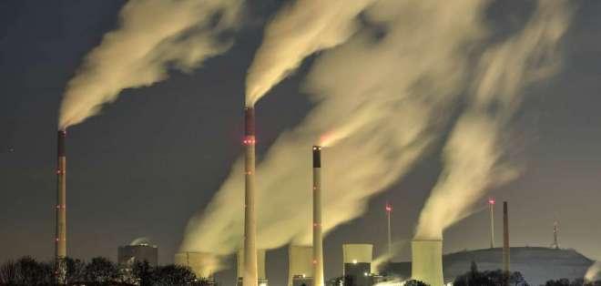Industria expidiendo gases durante su jornada. Foto referencial / Archivo AP