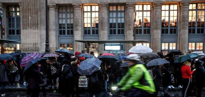 Imagen de una protesta frente a una estación de bus en París, Francia. Foto: EFE