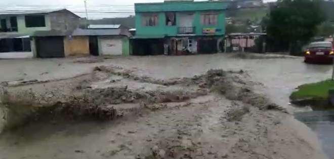 Varias viviendas se llenaron de agua en Loja. Foto: Captura