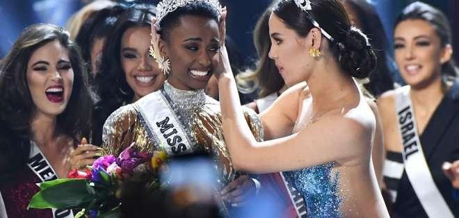 Zozibini recibe la corona de Catriona Gray. Foto: AFP
