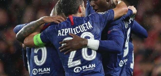 Elementos del Chelsea celebran la victoria. Foto: @CesarAzpi