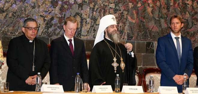 Las cabezas de distintas iglesias se reunieron en el Salón de la Ciudad del Municipio. Foto: EFE/ José Jácome