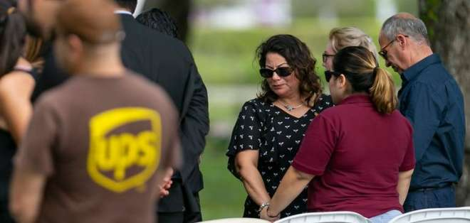 Luz Apolinario, en el centro, se despide de su hijo fallecido que fue secuestrado durante un robo armado. Foto: Miami Herald
