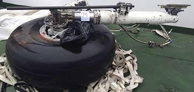 Una llanta de repuesto es una de las partes del avión halladas en la zona del accidente. Foto: HO / Chilean Air Force / AFP