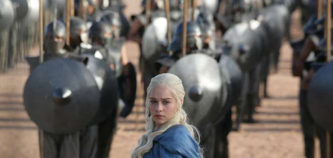 """Emilia Clarke en una escena de """"Game of Thrones"""" en una imagen proporcionada por HBO."""