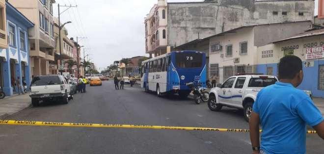 GUAYAQUIL, Ecuador.- El asesino iba persiguiendo el bus donde se transportaba el ahora occiso. Foto: Yerson Palma