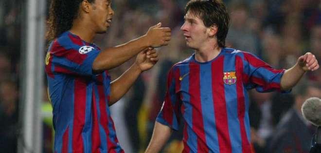 Ronaldinho junto a Messi en el Barcelona.