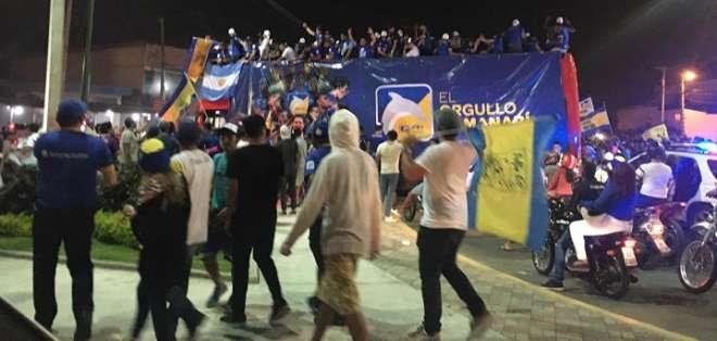 Jugadores de Delfín por las calles de Manta.