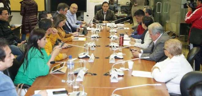 Durante la reunión de la mesa, David Jaramillo, asesor del Ministerio de Finanzas, aclaró inquietudes. Foto: Asamblea