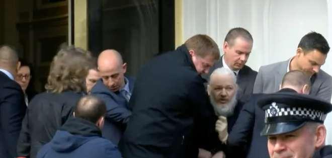 Momento en el que Julian Assange es capturado afuera de la embajada de Ecuador en Londres. Foto: Archivo
