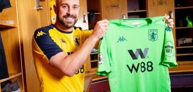 El arquero con la camiseta de su nuevo equipo.