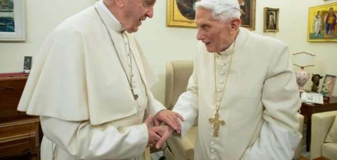 El papa Francico y el papa emérito Benedicto XVI. Foto: AFP