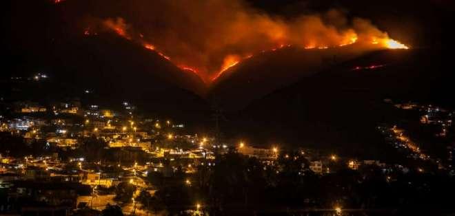 Más de 60 bomberos han tratado de liquidar el incendio. Foto: API
