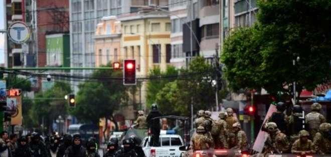 Militares y policías antimotines en las calles de La Paz. Foto: AFP (archivo)