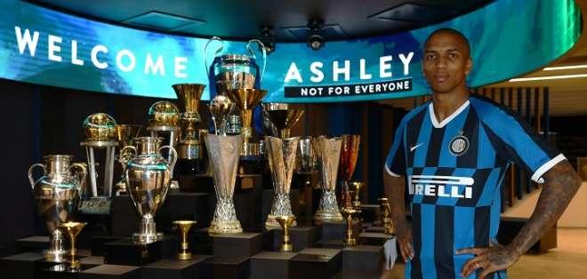 Ashley Young con su nueva camiseta. Foto: Twitter Inter.