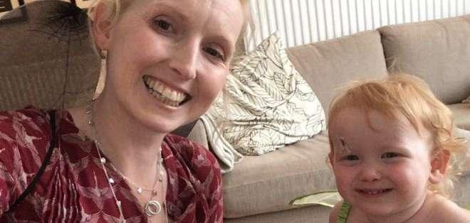 A Jo Daniels le preocupaba perder su carrera y no poder ver crecer a su hija. NHS