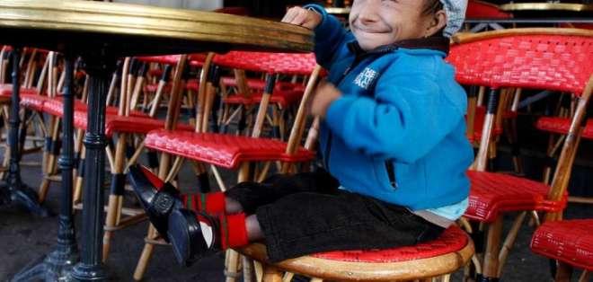 Magar fue declarado como el hombre más bajito del mundo en 2010. Foto: AFP