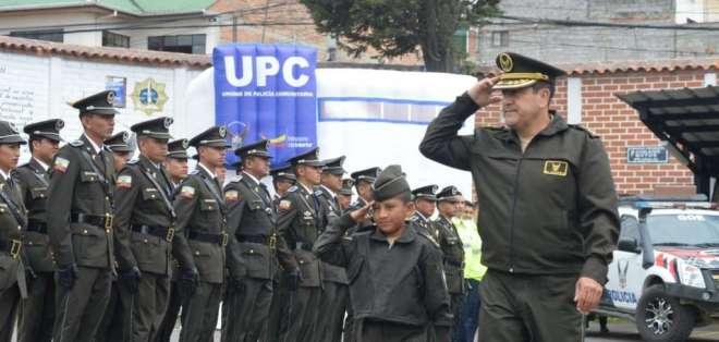 Eric Joel Zhagui (i.) recibió la condecoración en Cuenca. Foto: API