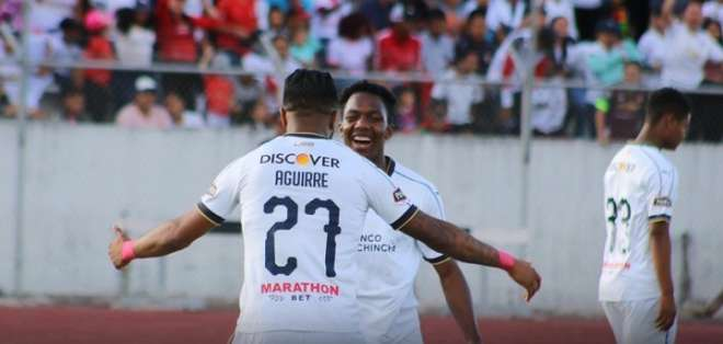 Aguirre celebra junto a Reasco. Foto: Liga de Quito.