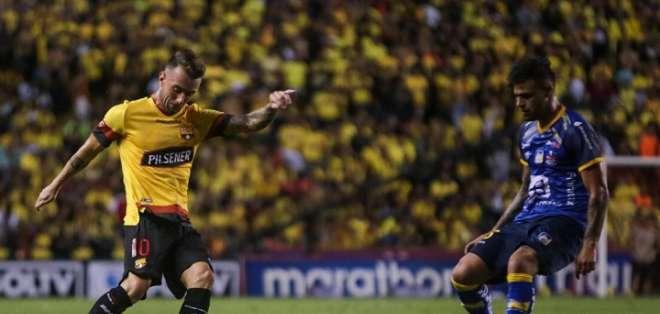 Díaz (amarillo), remata el balón ante la marca de un rival. Foto: BSC.