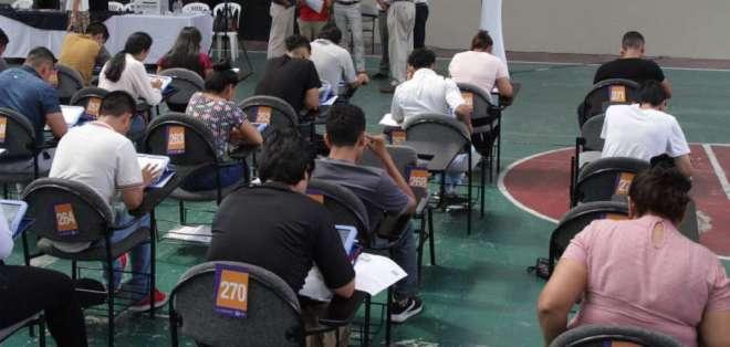 Los jóvenes tienen dos horas y media para realizar la prueba. Foto: Agustín Albán