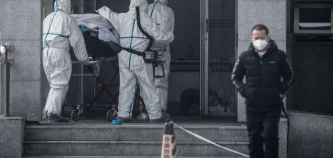 Foto de archivo que muestra el ingreso a un hospital de China de un paciente afectado por el virus. Foto: AFP