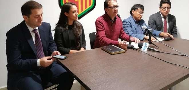Presidente encargado de Deportivo Cuenca (rojo) en rueda de prensa. Foto: D. Cuenca.